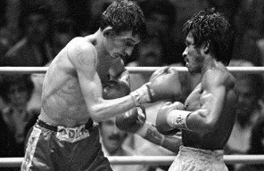W.B.C. bantamweight champion, Mexican boxer Lupe Pintor, fights against British boxer Johnny Owen in Los Angeles, Sep. 20, 1980. (AP Photo/Rasmussen)